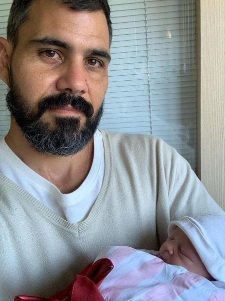 Ator Juliano Cazarré posou com a filha recém-nascida - Reprodução/Instagram