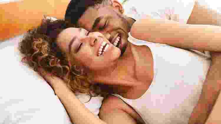 casal feliz negro cama sexo - Prostock-Studio/Getty Images/iStockphoto - Prostock-Studio/Getty Images/iStockphoto
