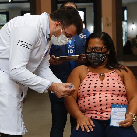 1º.set.2021 - Aplicação da 2ª dose da vacina em profissionais de educação, no Rio - Reginaldo Pimenta/Agência O Dia/Estadão Conteúdo