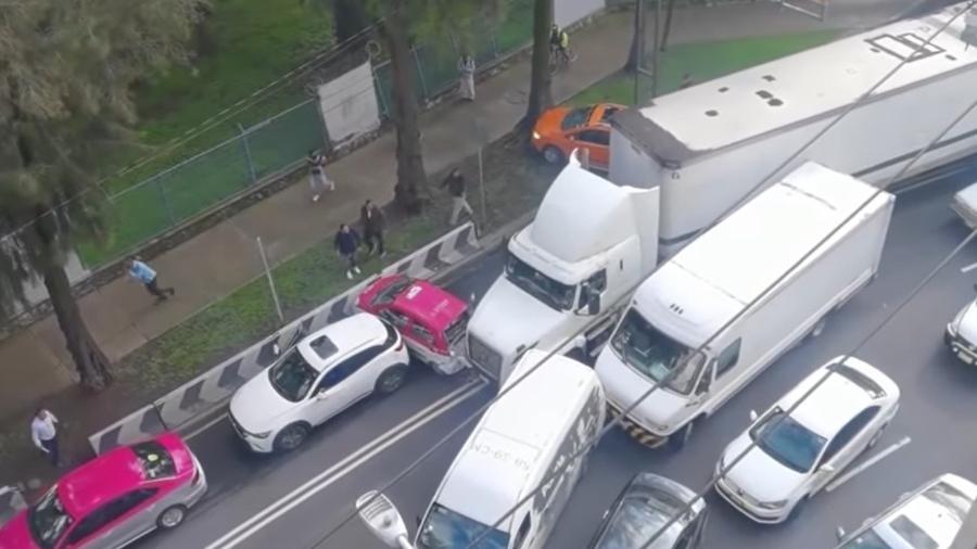 Caminhão acerta carros no trânsito no México. - Reprodução