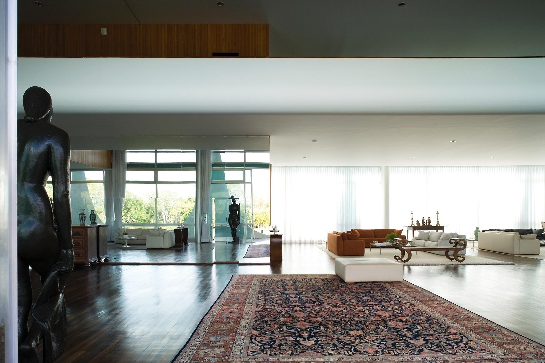 Deste ângulo observa-se três espaços no térreo do Palácio da Alvorada, projetado pelo arquiteto Oscar Niemeyer. O Salão Nobre, em primeiro plano, a Sala de Música (à esq.) e a Sala de Estar (ao fundo). Aqui também é possível visualizar parte do mezanino, onde está a ala íntima ocupada, atualmente, pela presidenta Dilma Rousseff e seus familiares
