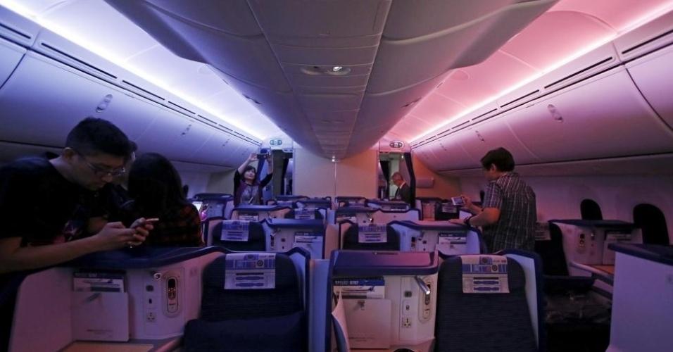 Luzes da cabine forma inspiradas nas cores dos sabres de luz de