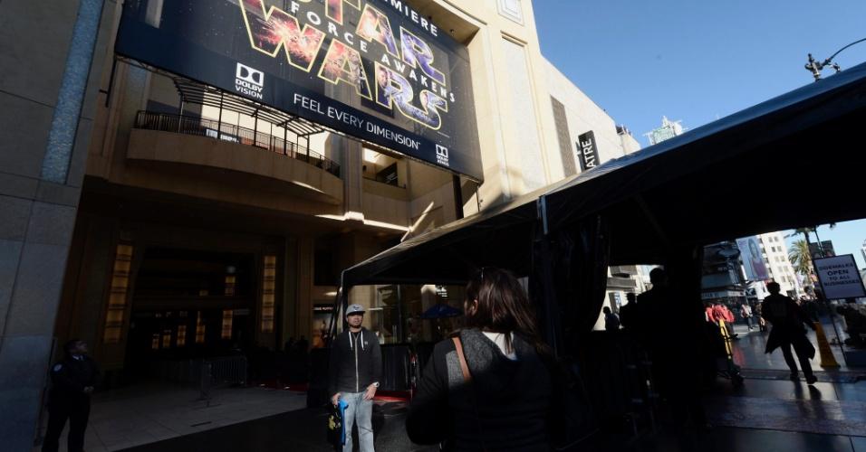 14.dez.2015 - Hollywood Blvd. já está preparada para receber a pré-estreia de