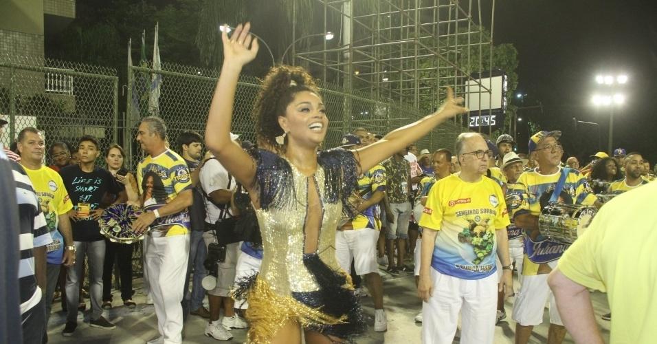 24.jan.2016- Juliana Alves mostrou samba no pé à frente dos ritmistas da Unidos da Tijuca e levantou a arquibancada do setor 1 da Sapucaí