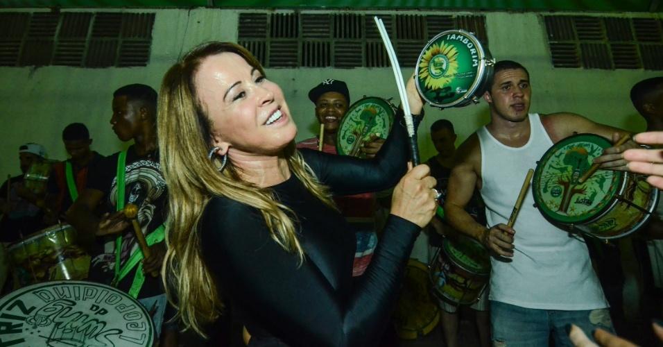 31.jan.2016 - Zilu sambou e tocou tamborim durante último ensaio da Imperatriz. Horas depois, Zezé Di Camargo afirmou que sua namorada, Graciele Lacerda, não iria mais desfilar ao seu lado