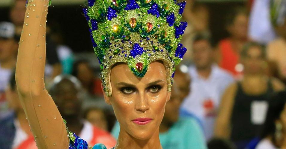 8.fev.2016 -A modelo Renata Kuerten estreia como destaque pela Grande Rio, na madrugada desta segunda-feira