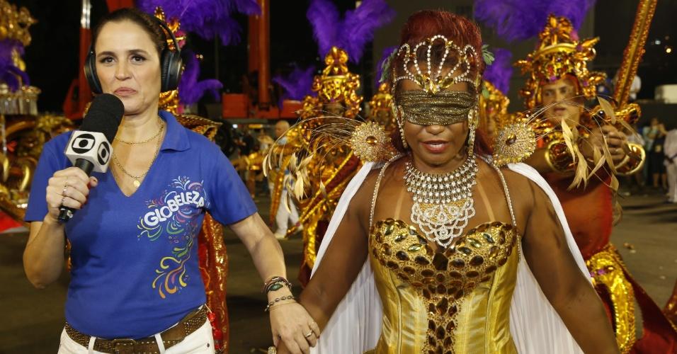 8.fev.2016 - Passista vendada se prepara para participar do desfile da escola Beija-Flor. Ela representa a Justiça, que é cega