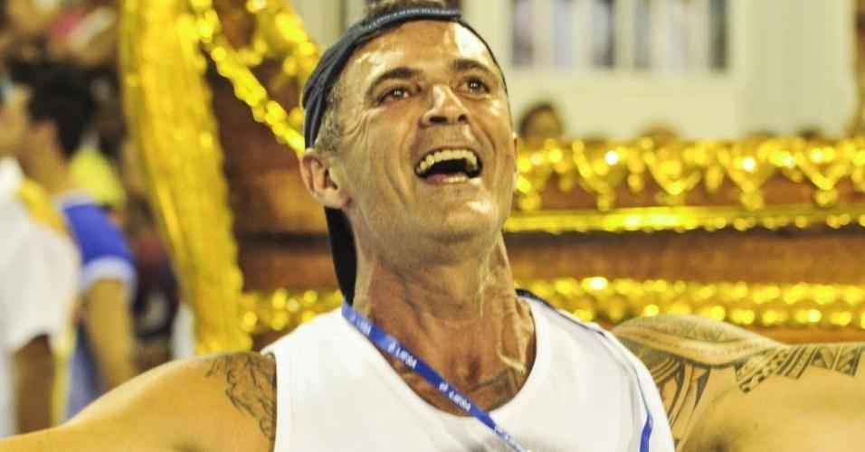 13.fev.2016 - Paulo Barros vibra com o desfile da Portela, a terceira colocada no Carnaval carioca