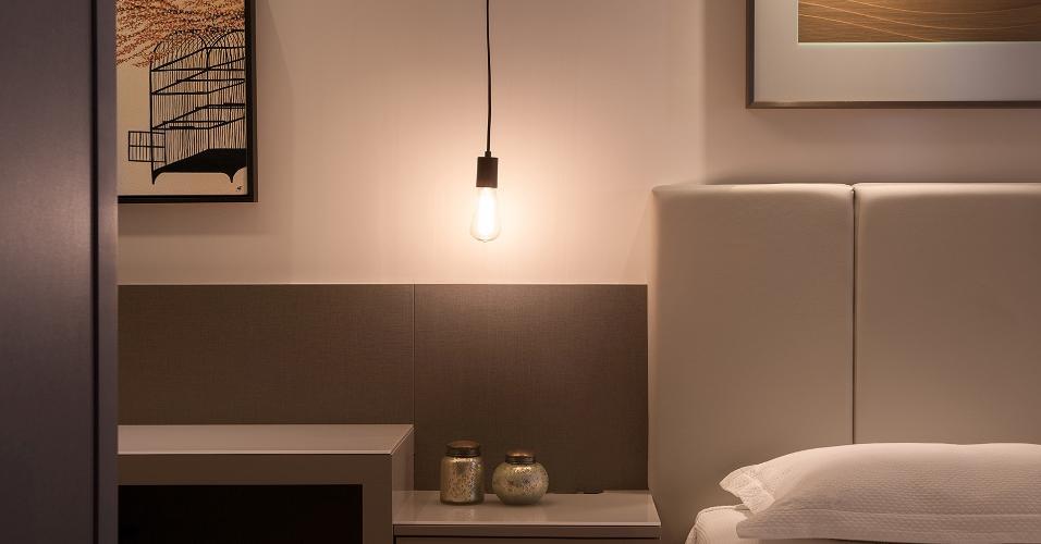 No detalhe, o pendente que funciona como abajur, racionalizando o espaço do criado-mudo. Apartamento em Floripa (SC) com design do Pimont Arquitetura