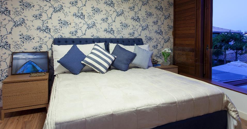 Tons de azuis predominam no suíte principal da casa de praia em Camaçari (BA). No dormitório, o arquiteto Sidney Quintela combinou a cabeceira em capitonê com o papel de parede floral