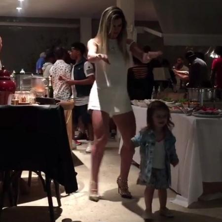 Mirella Santos samba com a filha Valentina, 2, em festa - Reprodução/Instagram/oceara