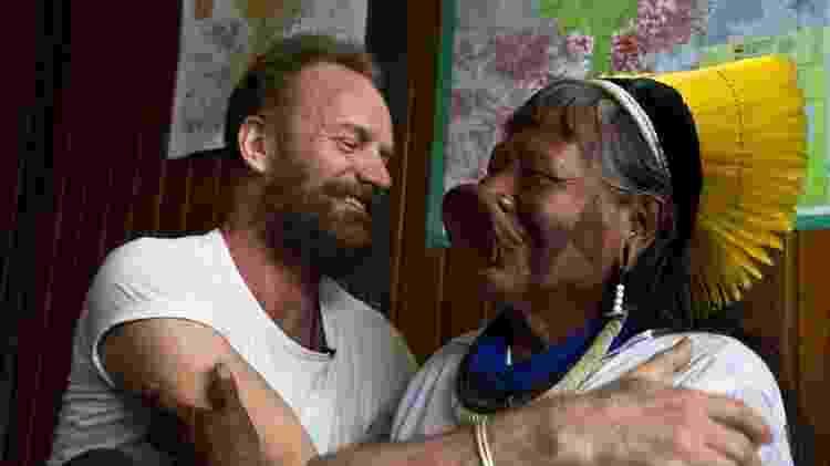 O cantor Sting durante encontro com o cacique Raoni, líder dos índios caiapós - Fernando Donasci/Folhapress - Fernando Donasci/Folhapress