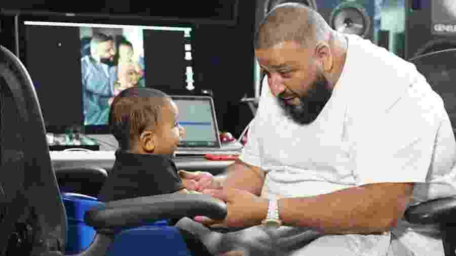 Asahd Khaled trabalha em estúdio com o pai, DJ Khaled: cadeira de escritório adaptada para garantir conforto do bebê de 6 meses - Reprodução/Instagram