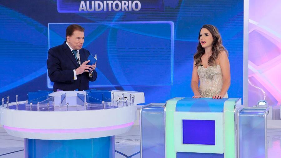 """Silvio Santos e a jornalista Isabele Benito no """"Jogo das 3 Pistas"""" - Reprodução/SBT"""