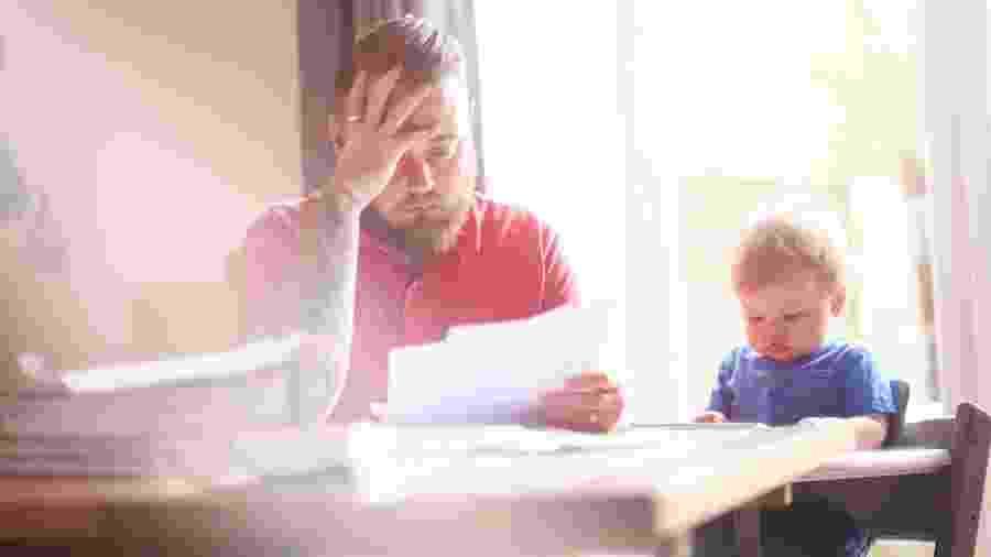 Como contar aos filhos em cada faixa etária sobre demissão - iStock