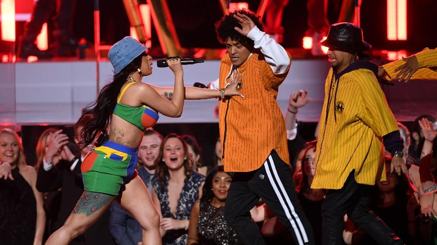 Bruno Mars e Cardi B se apresentam no palco do Grammy 2018 - Getty Images