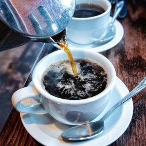 O café tem antioxidantes que combatem a ação dos radicais livres e, assim, previnem doenças cardiovasculares e outros males, como o AVC