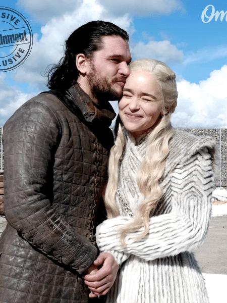 """Kit Harington e Emilia Clarke nos bastidores de """"Game of Thrones"""" - Reprodução/Entertainment Weekly"""