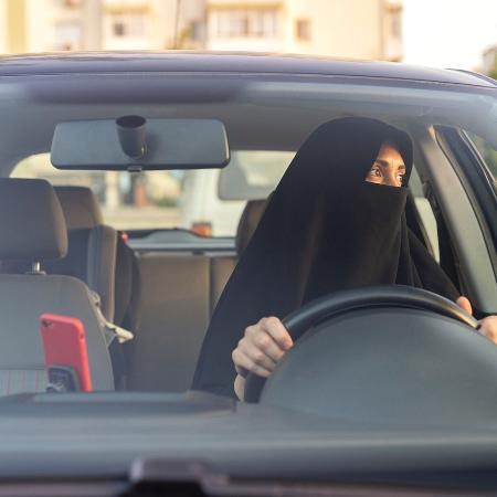 Mulher dirigindo carro no Oriente Médio - Getty Images