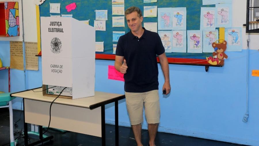 Luciano Huck acena para fotógrafos depois de votar no segundo turno - AgNews