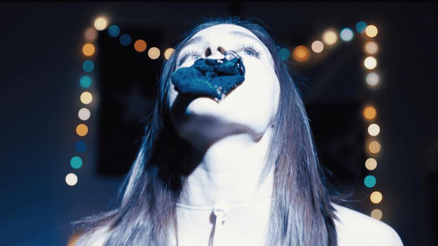 """Madeline Brewer em cena de """"Cam"""" - Reprodução"""