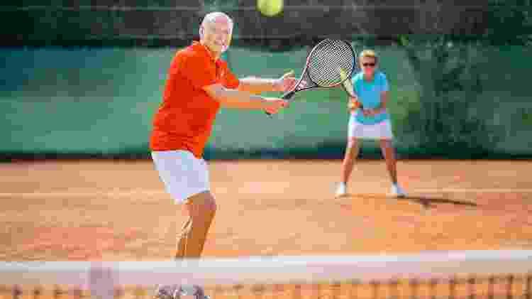 idoso, tênis, exercício, esporte - iStock - iStock