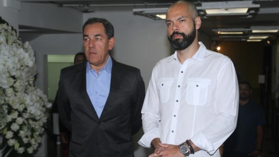 O prefeito Bruno Covas (à direita) presta solidariedade à família de Boechat no velório do jornalista - Amauri Nehn/Brazil News