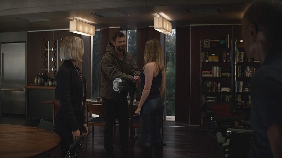 """Viúva Negra (Scarlett Johansson), Thor (Chris Hemsworth) e Capitã Marvel (Brie Larson) em cena de """"Vingadores: Ultimato"""" - Divulgação"""