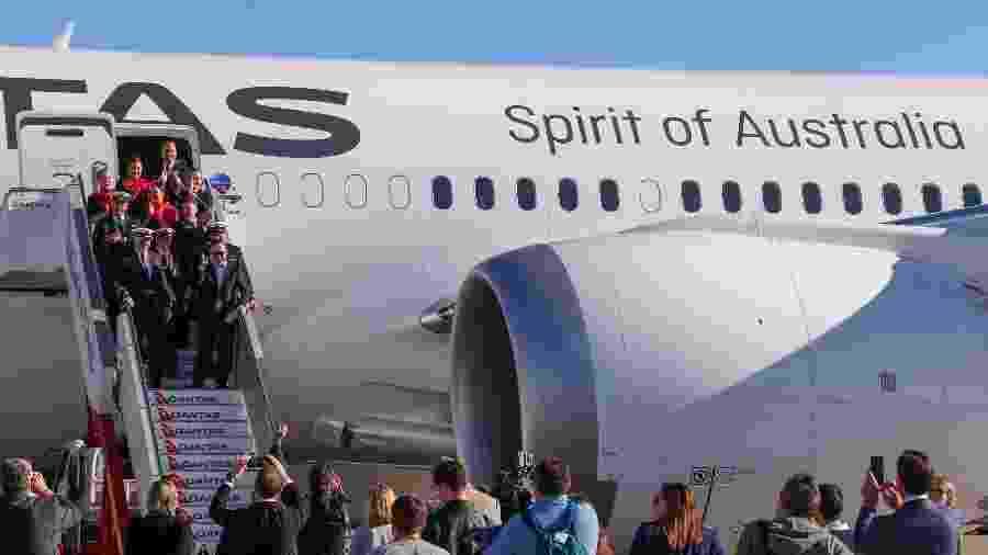 Tripulação e passageiros deixam aeronave após voo de 20 horas - AFP