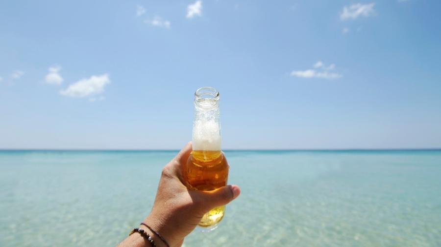 Bebida alcoólica na praia - iStock