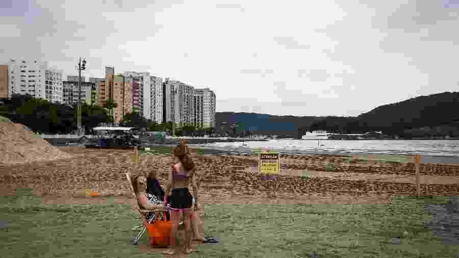 Obra contra erosao e ressacas, na Ponta da Praia, em Santos, litoral sul de Sao Paulo. - Zanone Fraissat - Folhapress