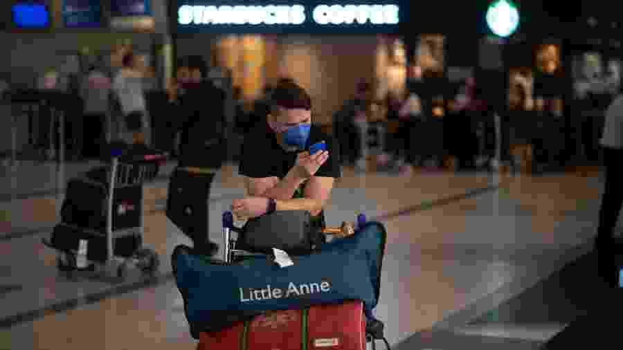 Turistas usam máscaras por medo de contrair coronavírus no Aeroporto Internacional de Ezeiza, em Buenos Aires, Argentina - Mario De Fina