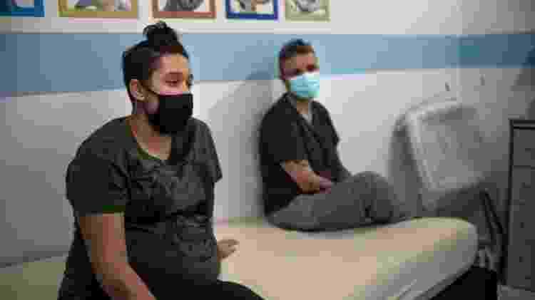 Giovanna Valentim e a mãe: grávida há 37 semanas, a jovem fez apenas uma consulta presencial com seu médico - Deutsche Welle - Deutsche Welle