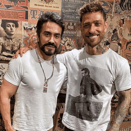 O tatuador Fernando Shimizu ao lado do padre Fábio de Melo - Reprodução/Instagram/@fernandoshimizu