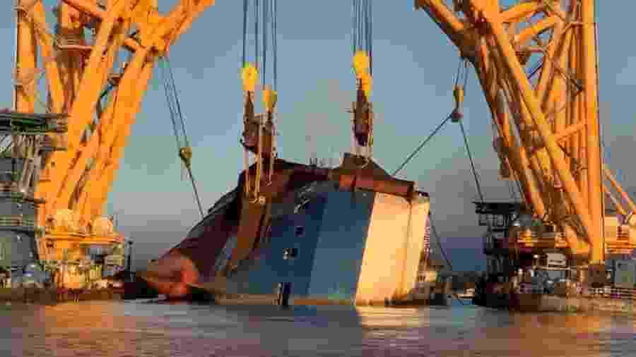 MV Golden Ray começou a ser fatiado no começo deste mês, porém contratempos atrasaram os trabalhos de remoção do cargueiro de 200 m - Divulgação