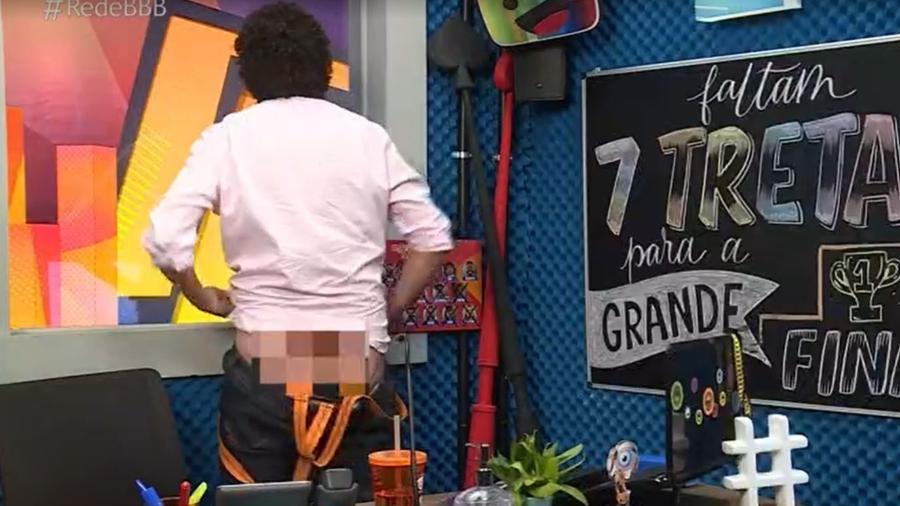 """BBB 21: Rafael Portugal abaixa as calças durante o """"CAT"""" - Reprodução/ Globoplay"""