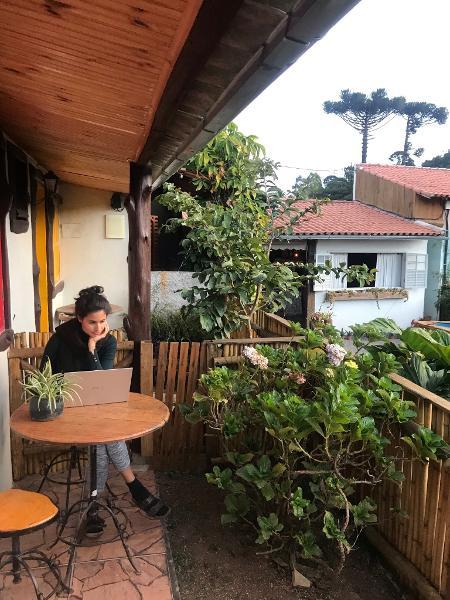 Gabriela Mendes em seu hostel office - Arquivo pessoal