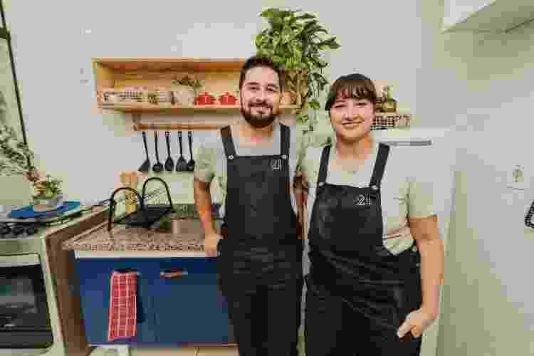 Pablo e Cami na cozinha reformada. Além do armário, eles fizeram a estante suspensa, tema do próximo episódio. - Ana Paula Lopes - Ana Paula Lopes