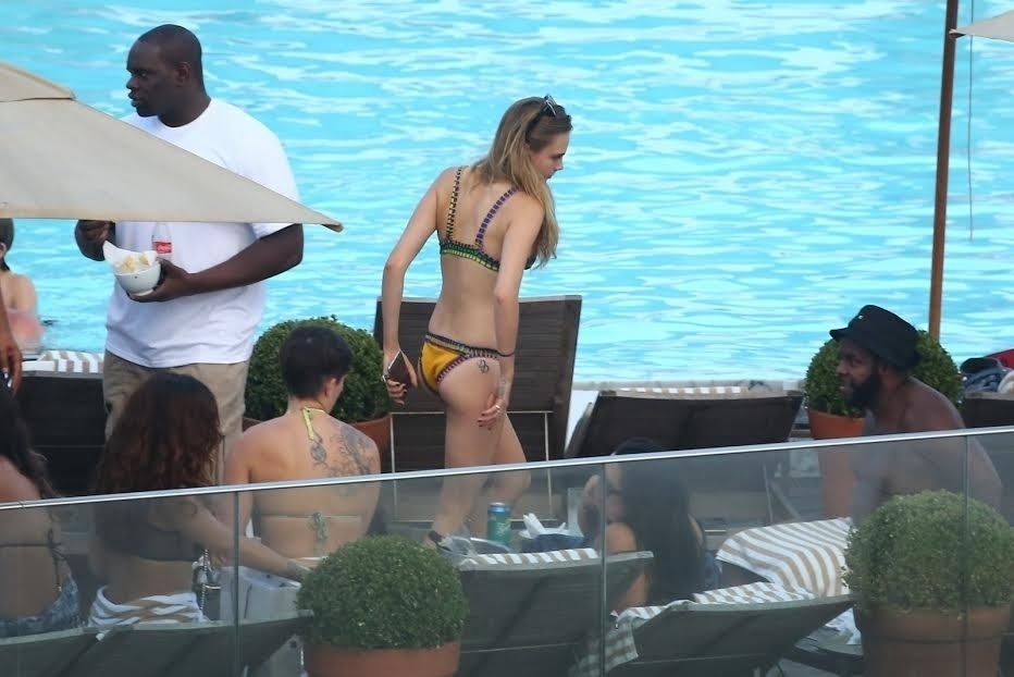 28.set.2015 - A modelo Cara Delevingne também se refrescou na piscina ao lado de Rihanna