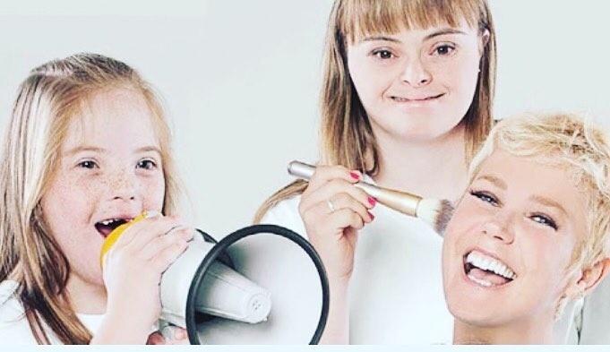 20.out.2015 - Liberada pela Record, Xuxa Meneghel comemorou sua participação no Teleton, programa beneficente exibido pelo SBT em prol da AACD (Associação de Assistência à Criança Deficiente), na próxima sexta-feira (23). A apresentatora publicou uma foto em sua página no Facebook ao lado de crianças com Síndrome de Down.