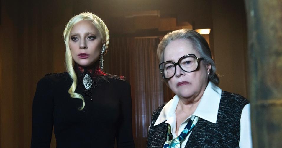 "Lady Gaga, a Condessa de ""American Horror Story: Hotel"", aparece ao lado de Kathy Bates, a Iris"