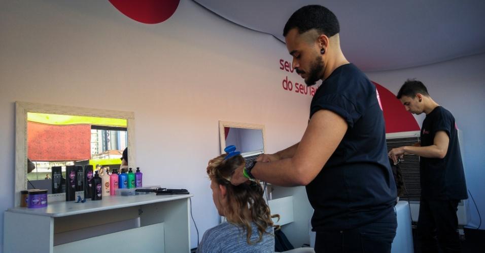 23.jan.2016 - Quem quisesse podia cortar e pentear seu cabelo no salão de beleza, durante o CarnaUOL, em São Paulo.