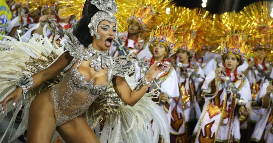06.fev.2016 - Cinthia Santos, rainha da Águia de Ouro, sambou muito durante desfile da escola no Sambódromo do Anhembi, em São Paulo.