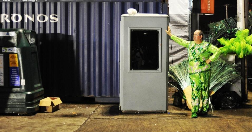 7.fev.2016 - Integrante do Império de Casa Verde descansa após o fim do desfile da escola de samba, a quarta a entrar na avenida na madrugada deste domingo