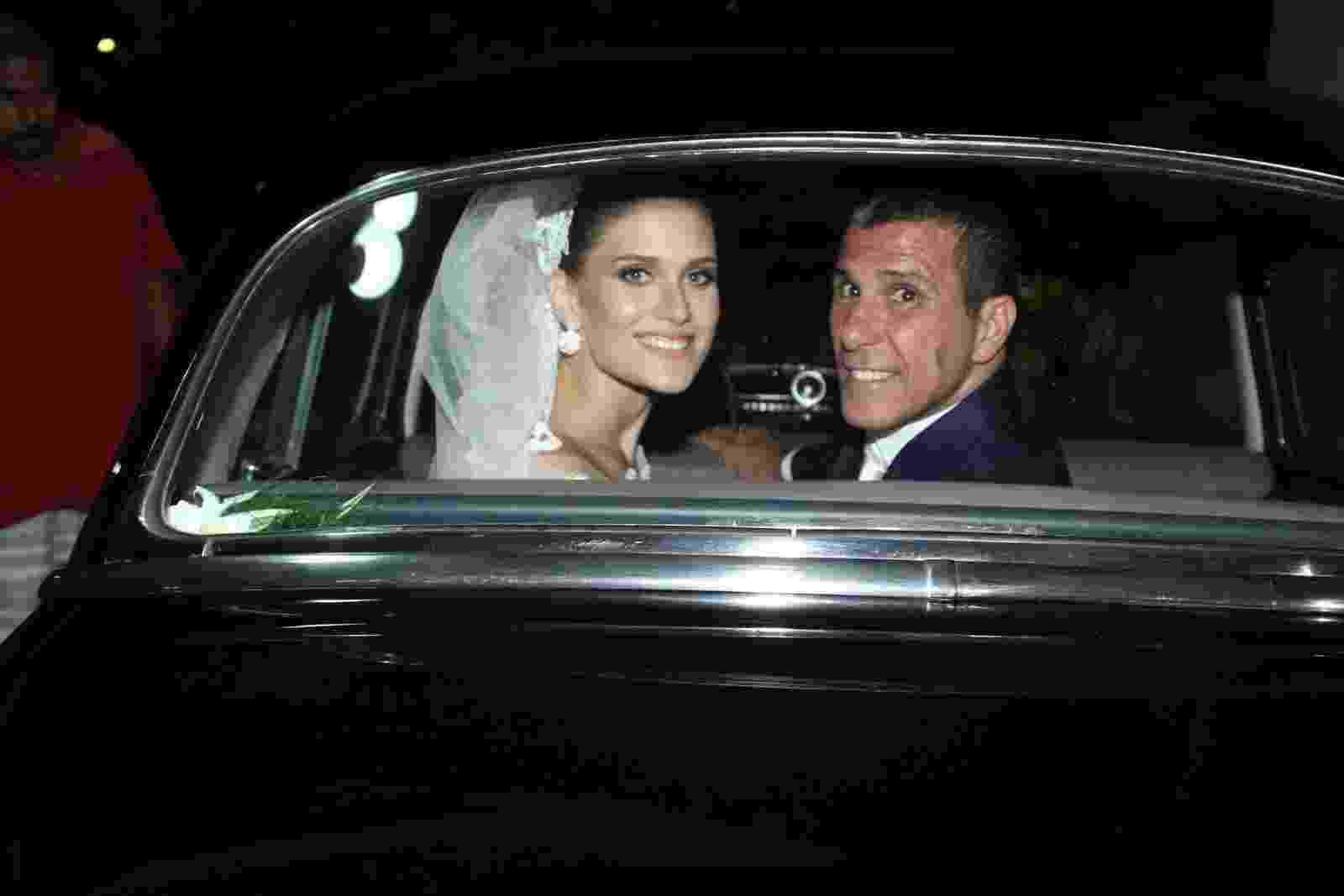02.abr.2016 - O casal Eri Johnson e Alice Souto deixam a igreja após a cerimônia de casamento - Marcello Sá Barretto e Anderson Borde