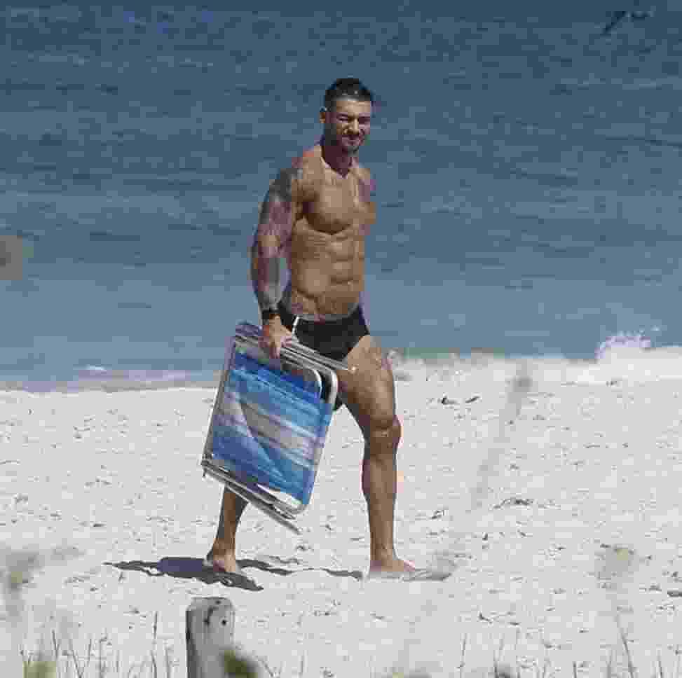 25.abr.2016- Lucas Lucco mostra corpo musculoso em segunda-feira ensolarada na praia da Barra da Tijuca, zona oeste do Rio. Simpático, ele atendeu pedidos de fotos com os fãs ao deixar o local - Ag.News