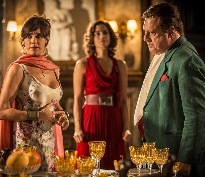 Iolanda (Christiane Torloni) e Tereza (Camila Pitanga) ficam constrangidas com a atitude de Afrânio (Antonio Fagundes)