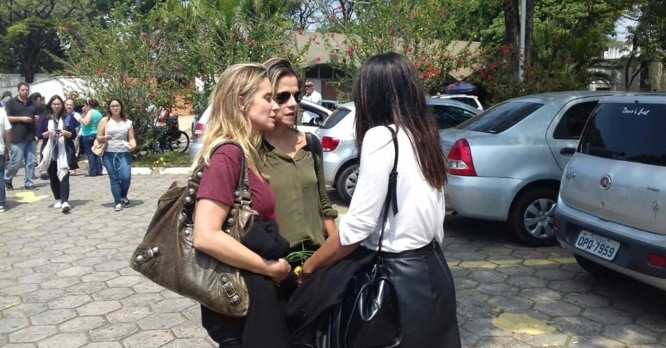 17.set.2016 - Ingrid Guimarães e Dira Paes no enterro de Domingos Montagner