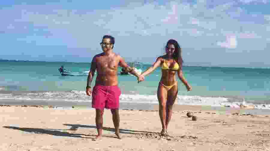 Thammy e Andressa de mãos dadas na praia - Reprodução/Instagram/andressaferreira_bebe