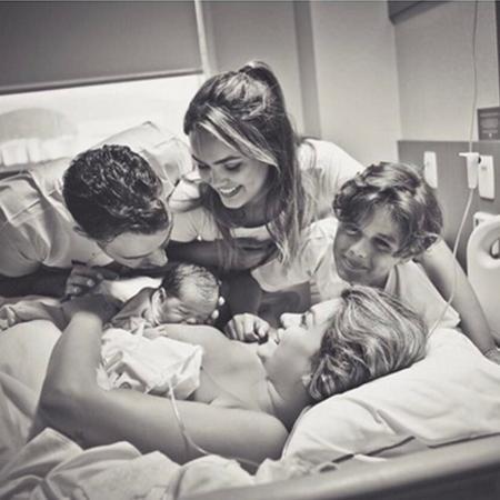 Mico Freitas posta foto da família com Kelly Key e o recém-nascido Artur - Reporudção/Instagram/micofreitas